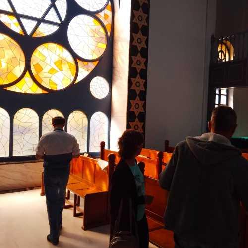 В зале синагоги…