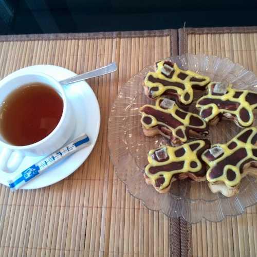 На экскурсии на заводе «Белаз» угощают пирожными в виде белазов))