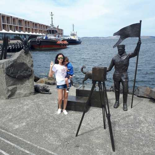 Памятник полярникам в бухте Салливана г. Хобарт. Хобарт — это самый ближайший порт к южному полюсу, именно отсюда отправляются в экспедиции в Антарктиду французские и австралийские суда (для последних Хобарт является портом приписки). Сюда заходят и частные суда, и даже круизные лайнеры.