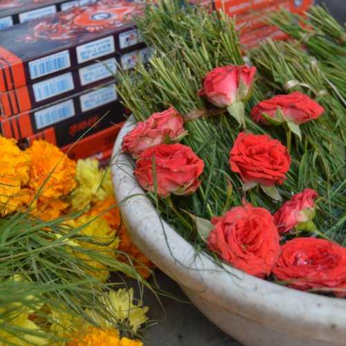 ГОА. Для утренних ритуалов возле храма Ганеша продают разные цветы, травы и благовония
