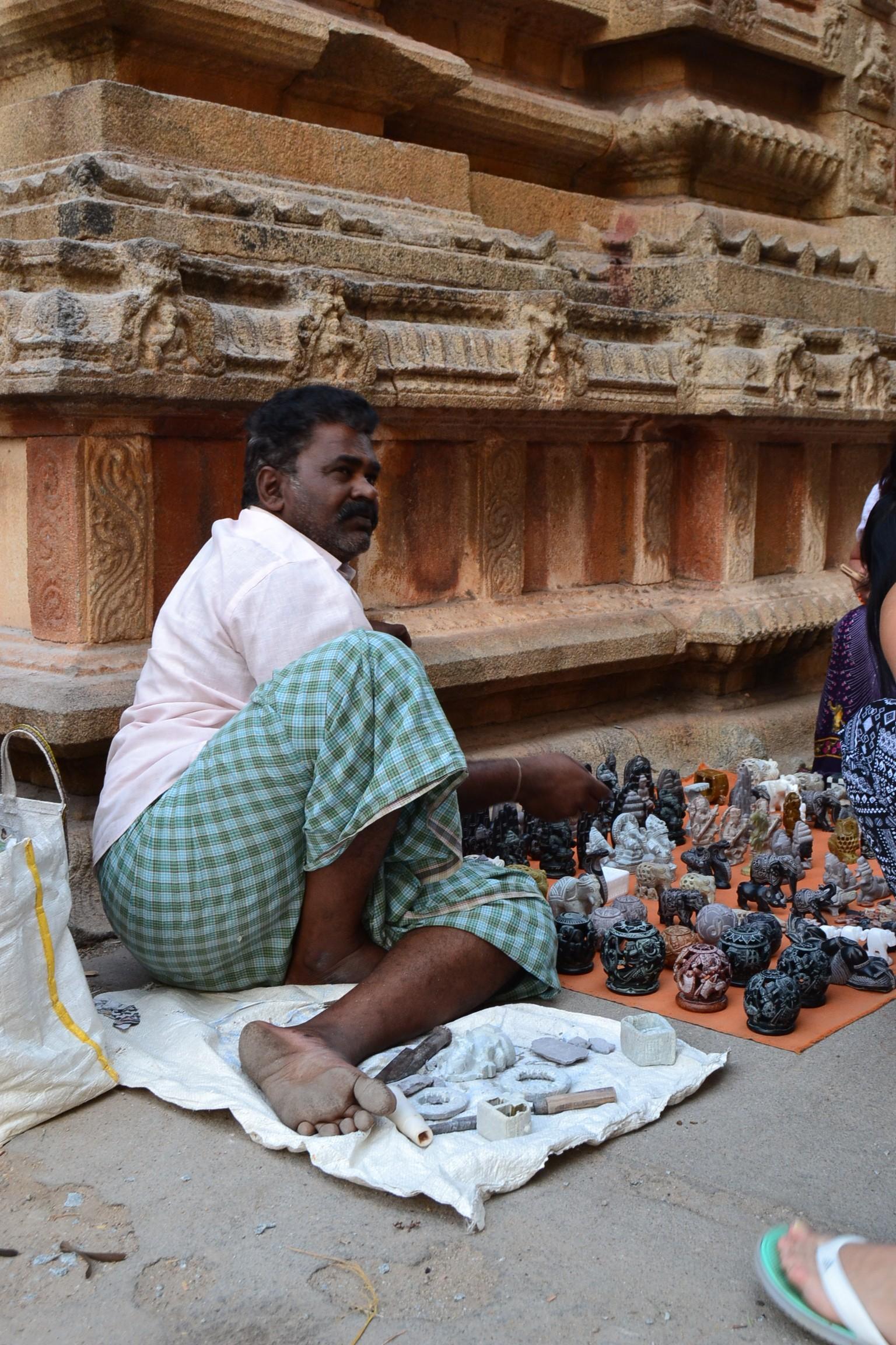 Хампи.Местные мастера вырезают сувениры из мрамора не отходя от кассы