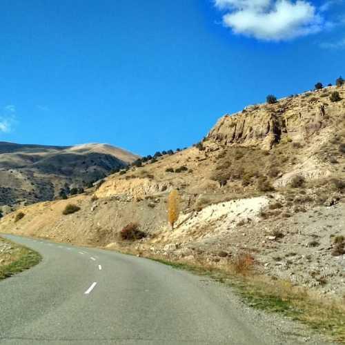 Дорога через перевал. достаточно сложный путь. Хотя сейчас там очень хорошая дорога.