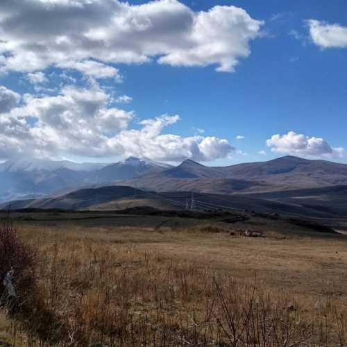 Горы и небо и облака на перевале и холодно. дул ветер.