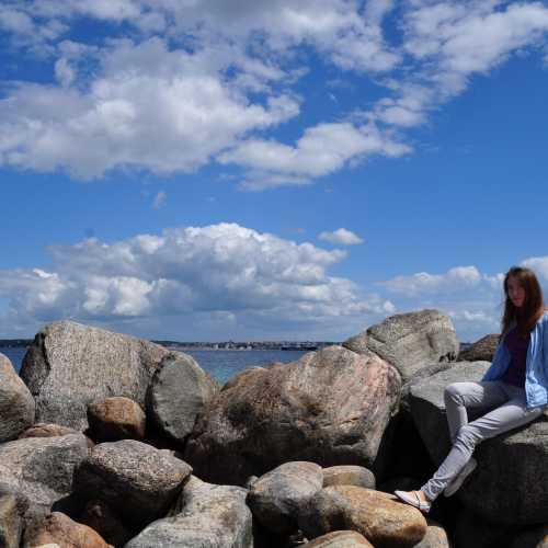 Уютный морской берег, на котором стоит Кронборг