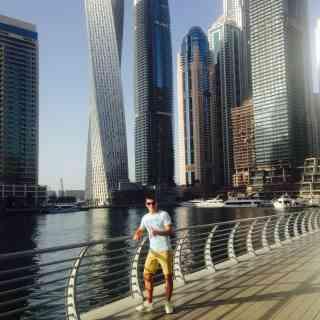 Дубай можно охарактеризовать как «бетонные джунгли». По мимо небоскребов здесь можно посмотреть поющий Дубайский фонтан — высота его около 150 метров и пожалуй один из самых красивых из всех «танцующих фонтанов» в мире. Советую его посмотреть если будете в Эмиратах.