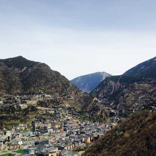 Княжество Андорра — маленькая сказочная страна, затерянная в сердце Пиренейских гор, на границе Испании и Франции. Коренные андоррцы происходят от каталонских крестьян, заселивших в древности горные долины. Официальный язык — каталанский