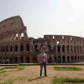 Возвышенность Палатино на ней по легенде, были вскормлены волчицей легендарные братья Ромул и Рем, а потом основан Великий Рим. У подножья этой вершины расположен Римский Форум, откуда открывается хороший вид на колизей