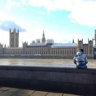 Big Ben — популярное туристическое название часовой башни Вестминстерского дворца. Официальное название башни с 2012 года — Башня Елизаветы. Изначально Биг-Бен являлось названием самого большого из пяти колоколов, однако часто это название по ошибке относят и к часам и к самой часовой башне в целом.<br/> На момент отливки Биг-Бен был самым большим и тяжёлым (13,7 тонны) колоколом Соединённого Королевства. В 1881 году уступил первенство колоколу Большой Пол (17 тонн)