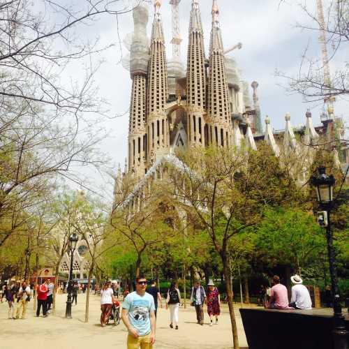 Самое известное здание Барселоны в крайне северном углу Эщампле, за Диагональю и на значительном отдалении от основного скопления модернисткой архитектуры. Была заложена в 1882 году и строится по сей день. Антонио Гауди потратил на Саграду Фамилию последние 40 лет своей жизни