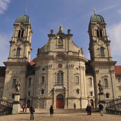 Айнзидельнский монастырь. Очень красивое внутреннее убранство в барочном стиле. Фигура «Черная Мадонна».