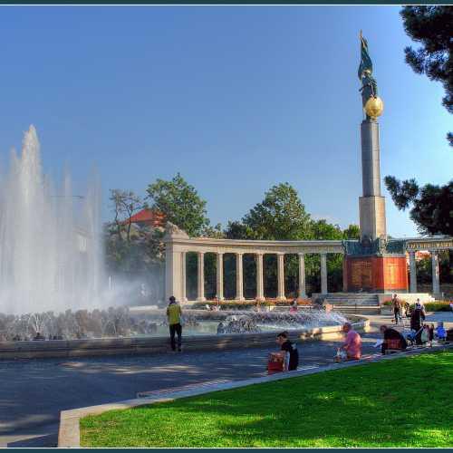 Памятник войну освободителю