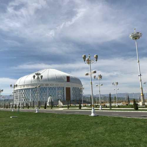 «Nowruz yaylasy». Праздничная площадка, где воздвигнуто здание в виде огромной юрты.