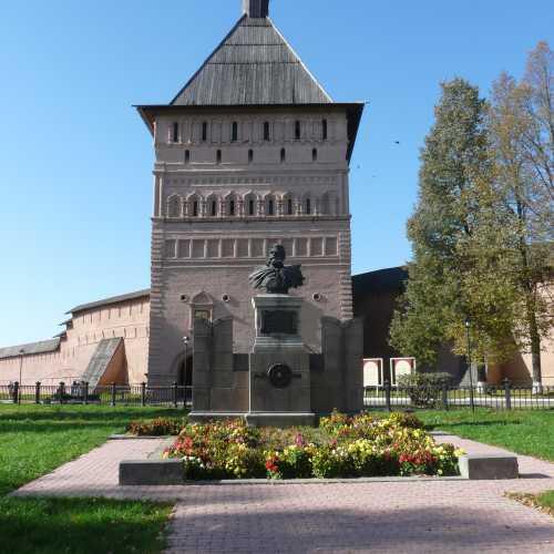 Суздальский кремль. Памятник Пожарскому.