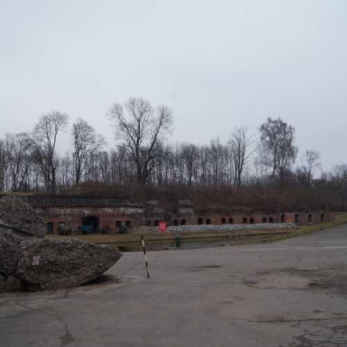 Форт № 5 — Король Фридрих Вильгельм III<br/> Фортификационное сооружение конца XIX столетия, возведенное для защиты Кёнигсберга. Его назвали в честь Фридриха Вильгельма III – одного из прусских королей. Сегодня оно представляет собой шестиугольную постройку из бетона и кирпича, протянувшуюся в длину на 215 метров и в ширину на 105 метров. Во время штурма города в 1945 году форт был сильно разрушен. Сегодня на его территории располагается экспозиция, и проходят исторические реконструкции.