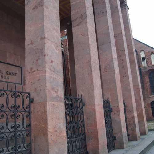 Могила Иммануила Канта<br/> Известный философ и писатель И. Кант родился и умер в Кёнигсберге. Он похоронен у северной стены кафедрального собора. До 1924 года над его могилой стояла небольшая часовня, позже ее сменил более внушительный мемориал на постаменте из гранита с каменной колоннадой.