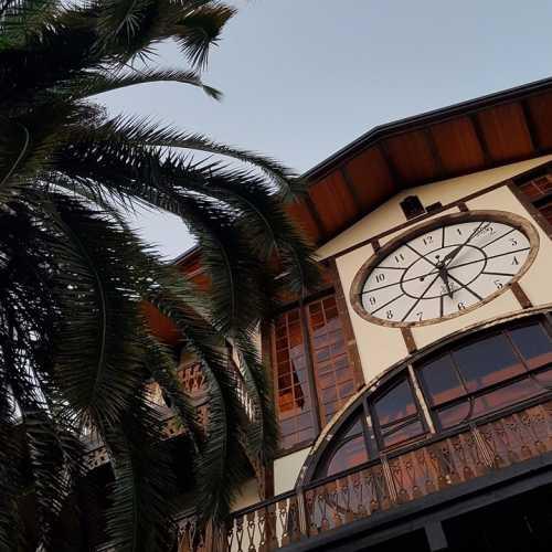 Ресторан «Гагрипш» — один из символовГагры.Деревянное здание с часами, купленное принцем Ольденбургским на всемирной выставке в Париже, было привезено в разобранном виде в 1902 году и собрано на месте. Особенность здания заключается в том, что оно собрано без единого гвоздя. А часы до сих пор заводятся вручную.
