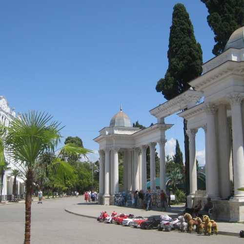 Знаменитая колоннада на набережной Махаджиров в Сухуме