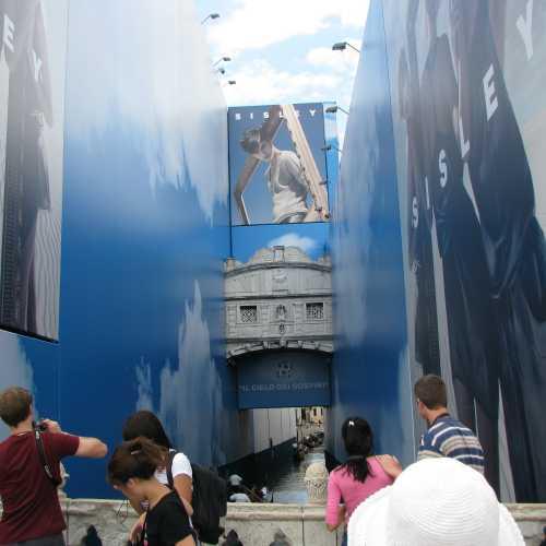 Мост Вздохов в Венеции в июле 2009 выглядел именно так.