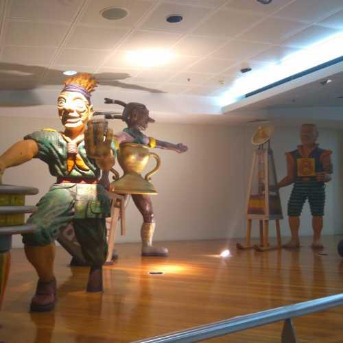 танцующие человечки в аэропорту Брисбена