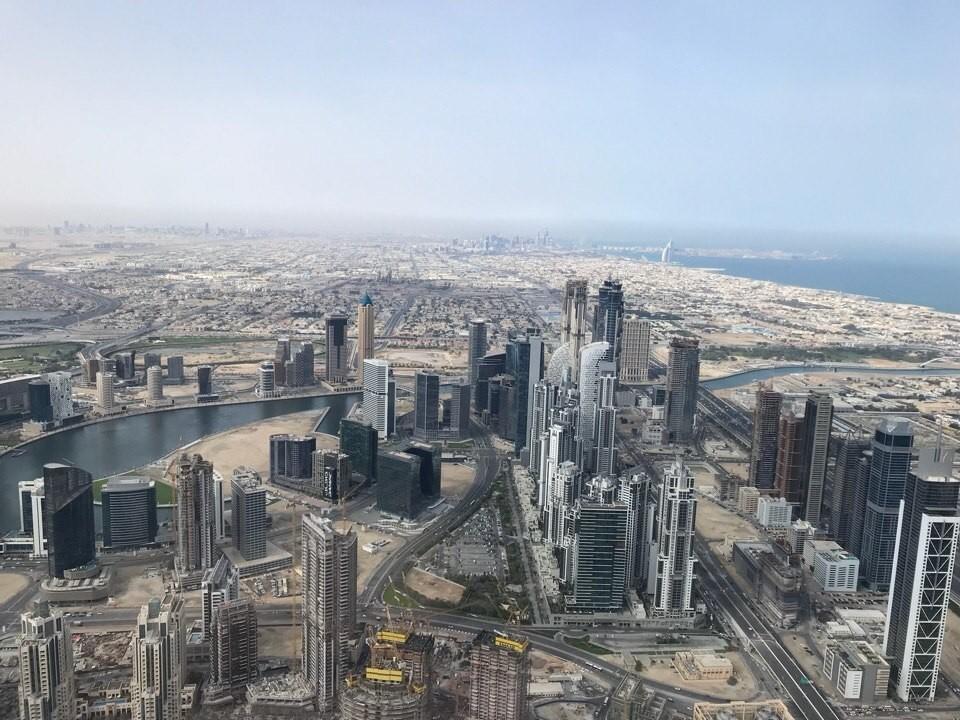 высота Бурдж Халифа 828 метров. Количество этажей – 163 плюс 46 технических уровней в шпиле плюс 2 подвальных этажа.