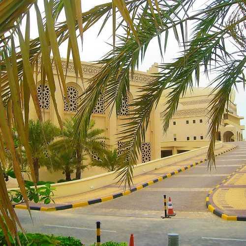 Территория крупнейшей в мире мечети Аль Фатен