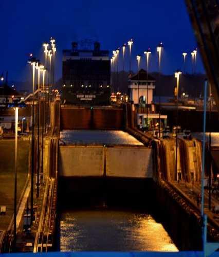 Панамский канал ночью