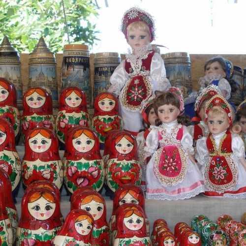 Просто сувенирная лавка с куклами в национальных костюмах.