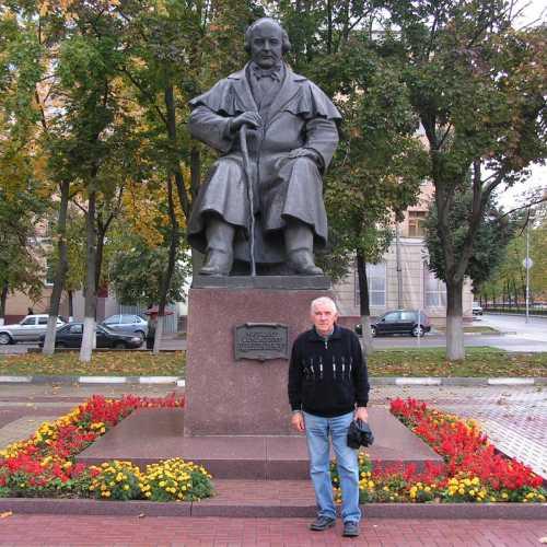 Памятник М.С.Щепкину около драматического театра им. М.С.Щепкина, 2006 год