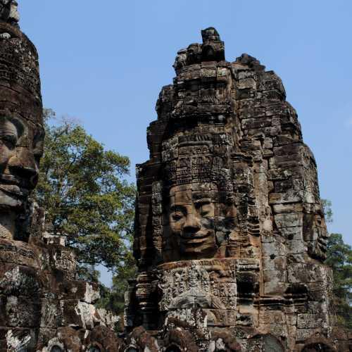 Байон — храмовый комплекс в центре Ангкор-Тома, построен в XII веке в честь короля Джаявармана VII