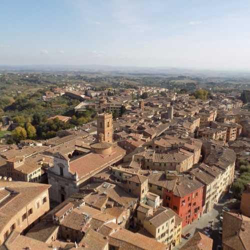 Вид на холмы Тосканы и город с башни Торре-дель-Манджа, Сиена