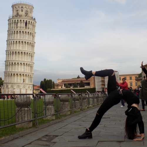 Больше самой Пизанской башни интересны попытки туристов необычно сфотографироваться с ней