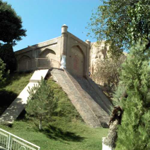 Вид на мавзолей и святой источник