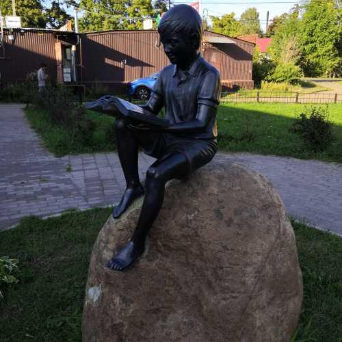 Читающий мальчик, Russia