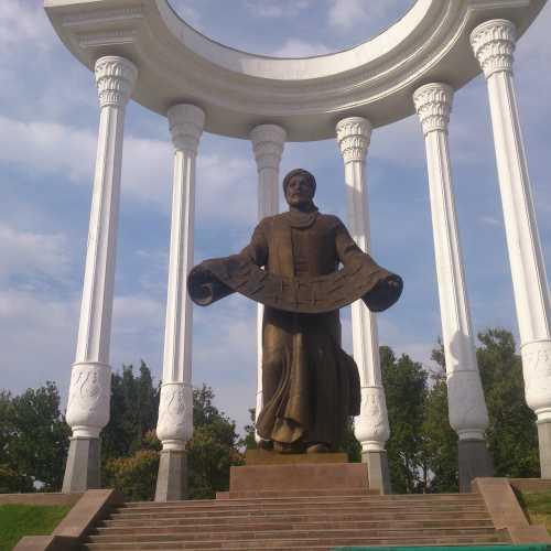 Памятник Аль-Фергани в центральном парке Ферганы.<br/> Al-Fergani monument in central park of Fergana.