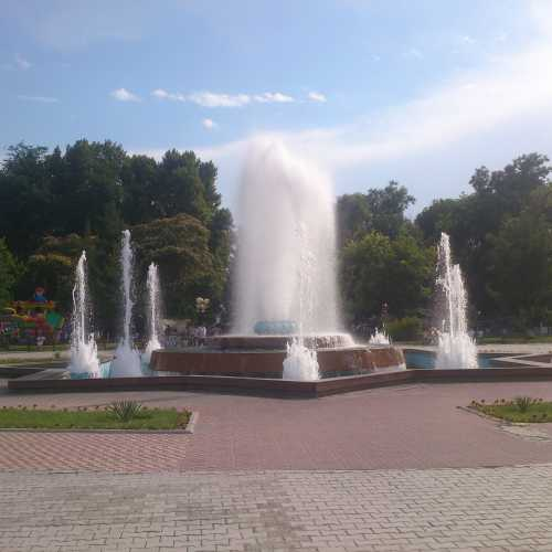 Фонтан в центральном парке Ферганы.<br/> Fountain in central park of Fergana.