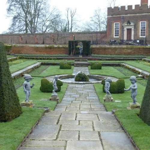 В саду Хэмптон Корта
