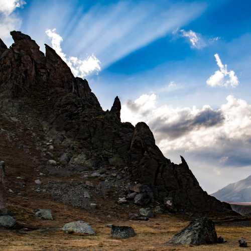 У подножья горы Эльбрус спит огромный закопанный в землю каменный дракон. Это его хребет, ещё из земли торчат его клыки, остального зверя спрятал грунт. Покорили нас красоты Кабардино-Балкарии! Всем очень рекомендуем побывать в этих гостеприимных краях! Местный народ и туристы радуют своей добротой и открытостью, а природа щедростью и могуществом.