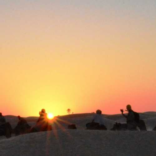 Наш караван любуется закатом в бескрайней пустыне…