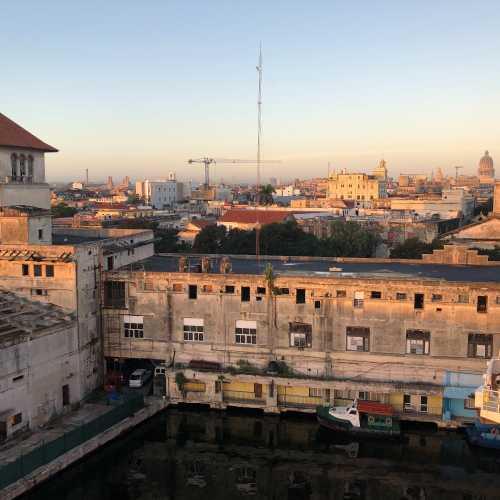 Порт «Сан Франциско» в Гаване, утро.