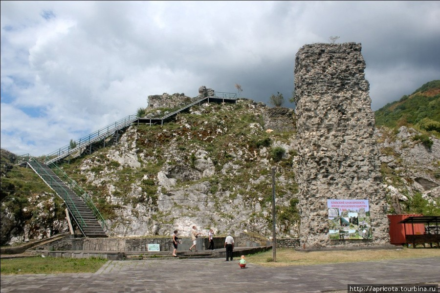 Бзыбский храм (базилика) и крепость были построены примерно в IX-X веках нашей эры (эпоха Абхазского царства), точные даты постройки неизвестны. Это охраняемый памятник культуры, один из немногих сохранившихся в Абхазии. Крепость была построена для защиты дороги на Северо-Западный Кавказ, и принадлежала могущественному феодальному клану.<br/> Это место будет очень интересно любителям всяческих руин и древностей. От крепости остались лишь остатки стен и ворот с восточной стороны, зато храмовая постройка неплохо сохранилась: узнаются очертания здания, и даже сохранились окна. Также можно увидеть следы семейного дворца.<br/> <br/> К сожалению, в 1914 – 1916 годах при постройке железной дороги часть памятника была разрушена и после этого не восстановлена. Крепостные стены тогда разобрали, чтобы использовать их камень для постройки опор железнодорожного моста. Эти опоры вы увидите на площадке перед руинами и одну недостроенную на другой стороне реки. Кстати, сам мост в результате так и не построили.<br/> Посетить это место стоит, тем более что оно находится по пути на озеро Рица. Можно побродить и просто посмотреть руины, а если повезет, местный смотритель проведет для вас интересную экскурсию об истории достопримечательности. Также с вершины холма, на котором находится храм. Открывается красивый вид на ущелье и реку.<br/>