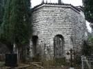 Сам поселок находится в устье реки Хашупсе, у самого морского побережья, а храм занимает центральное место в его архитектуре. Известно, что сооружение неоднократно перестраивалось и реставрировалось. Это и не вызывает удивления, если вспомнить, сколько раз эта церковь подвергалась разрушительным набегам. Например, в 1576 году здесь были турецкие завоеватели, частично разрушившие здание. Проводились на территории Цандрипшской святыни и научные раскопки, в результате которых удалось обнаружить уникальную резьбу по мрамору и восстановить первозданный облик амовона. Но все же до идеала далеко. Храм нуждается Возведение этого храма относится к далекому 6-му веку, расположен он на территории абхазского села Цандрипш. Религиозное сооружение состоит из базилики с тремя нефами. До глубины души поражает мастерство строителей, которые создали такое чудо! К сожалению, уникальная базилика не выдержала испытания временем. Сейчас на месте былого великолепия мы видим лишь руины, но все же храм продолжает оставаться местной достопримечательностью, из года в год привлекающей туристов. Внутри церкви лежат святые мощи, что добавляет Цандрипшскому храму популярности среди паломников.<br/> в серьезных восстановительных работах, но на это у абхазских властей пока нет средств. Начатую еще при Советах реставрацию пришлось приостановить на неопределенный срок.<br/>