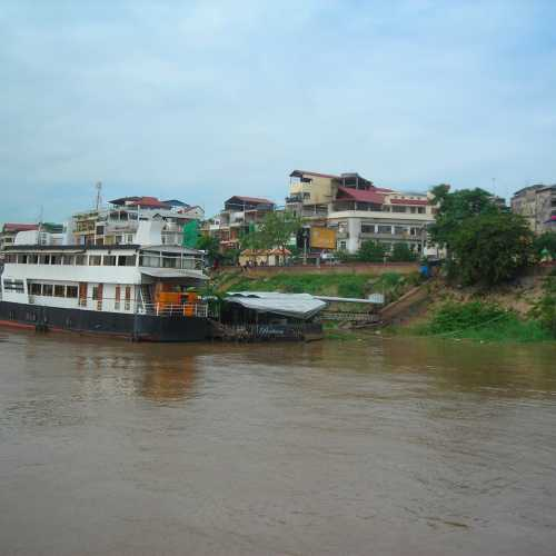 Boat ride down Tonlé Sap<br/>