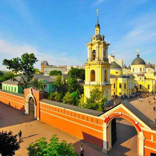 Покровский монастырь в Москве. Там хранятся св. мощи блаж. Матронушки Московской