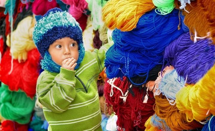 Красочный рынок индейцев Отавало, Эквадор