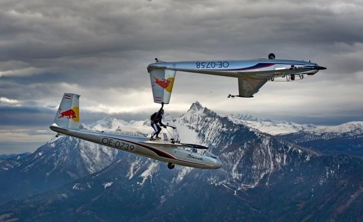 Австрийский парашютист перебрался из одного планера в другой, в 2100 метрах над землей